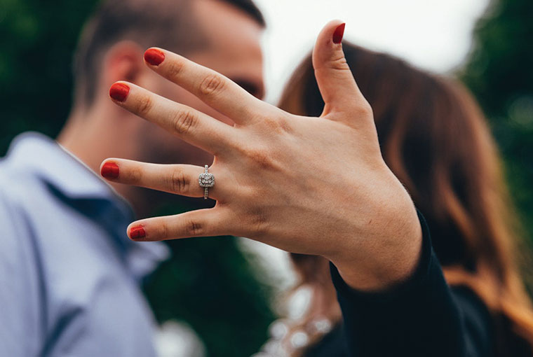 How to Get the Best Engagement Ring Selfie?